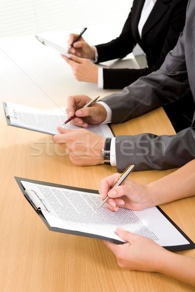 Lavoro giornali fila umani mani lettura Foto d'archivio © pressmaster