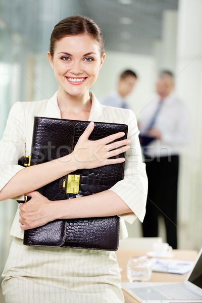 Szczęśliwy pracodawca uśmiechnięty kobieta interesu teczki patrząc Zdjęcia stock © pressmaster