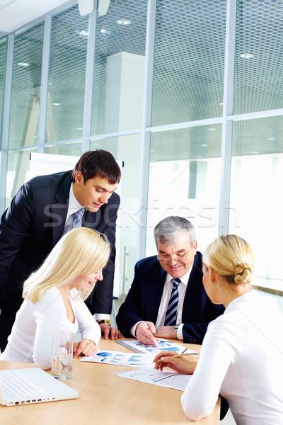 Stock fotó: Dolgozik · csapat · üzleti · csapat · négy · személy · ül · együtt · dolgozni
