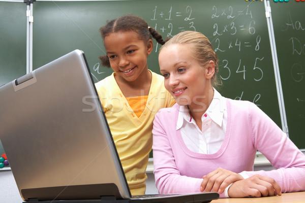 Stock fotó: Együtt · dolgozni · portré · tanár · néz · laptop · osztályterem