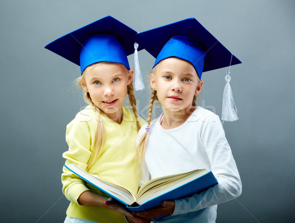 Ikizler kitap portre ikiz kızlar Stok fotoğraf © pressmaster