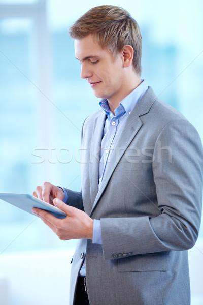 Man touchpad portret vrolijk zakenman werken Stockfoto © pressmaster