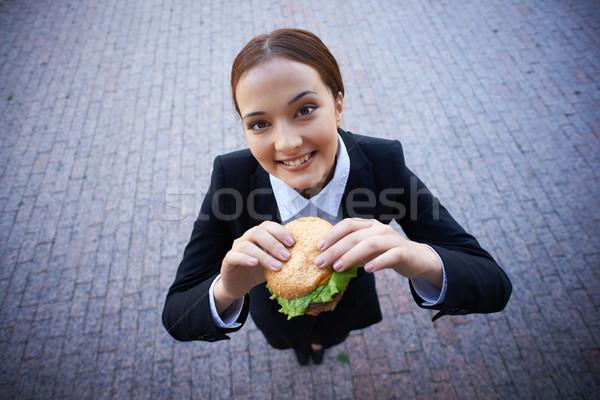 Stockfoto: Vrouwelijke · snack · zakenvrouw · sandwich · naar · camera