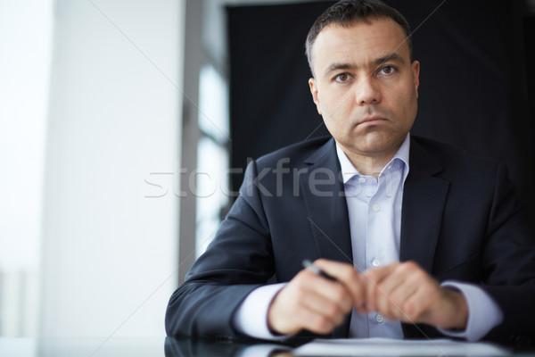 üzletember munkahely komoly néz kamera üzlet Stock fotó © pressmaster