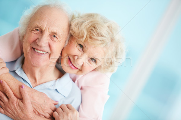 Affettuoso Coppia felice anziani guardando fotocamera Foto d'archivio © pressmaster