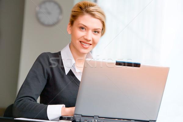 Stockfoto: Mooie · vrouw · portret · typen · laptop · kantoor · business