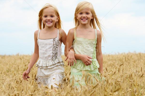 ходьбе вместе портрет Cute близнецы вниз Сток-фото © pressmaster