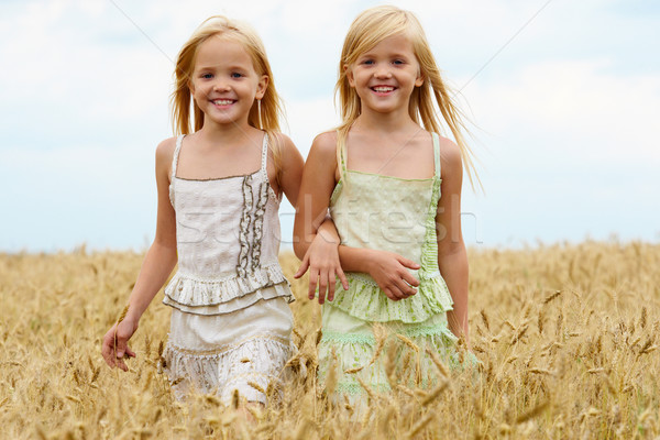 Spaceru wraz portret cute bliźnięta w dół Zdjęcia stock © pressmaster