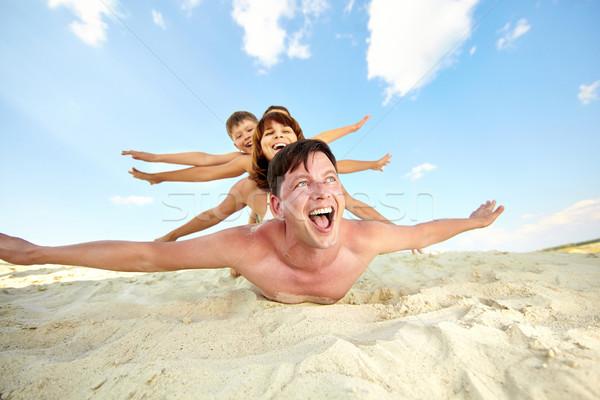 волнение фото счастливая семья пляж Летние каникулы Сток-фото © pressmaster