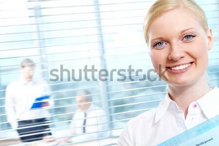 Női portré csinos néz kamera mosoly Stock fotó © pressmaster