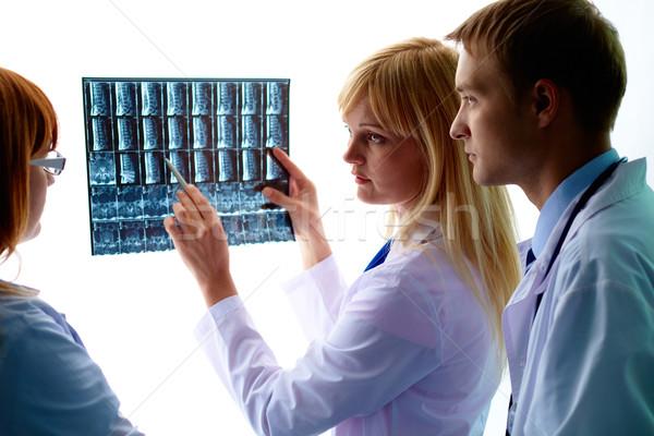 Bespreken Xray jonge vrouwelijke arts tonen Stockfoto © pressmaster