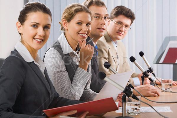 Sajtótájékoztató négy sikeres fiatalok ül vonal Stock fotó © pressmaster