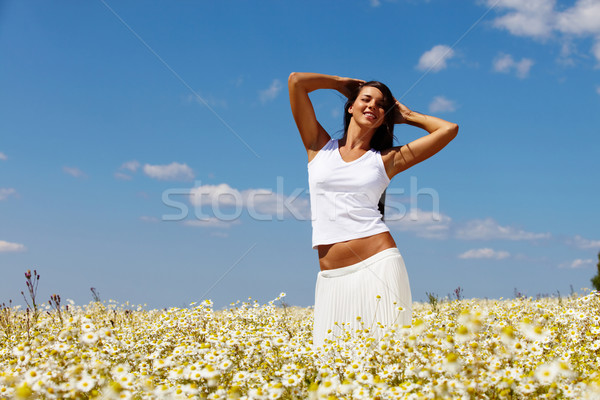 été plaisir jolie femme posant caméra prairie Photo stock © pressmaster