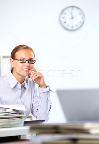 Inteligente empregado retrato empresária olhando câmera Foto stock © pressmaster