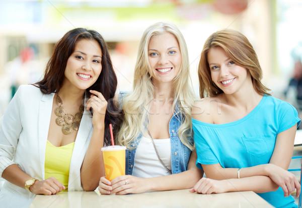 Boldog idő portré három lányok néz Stock fotó © pressmaster