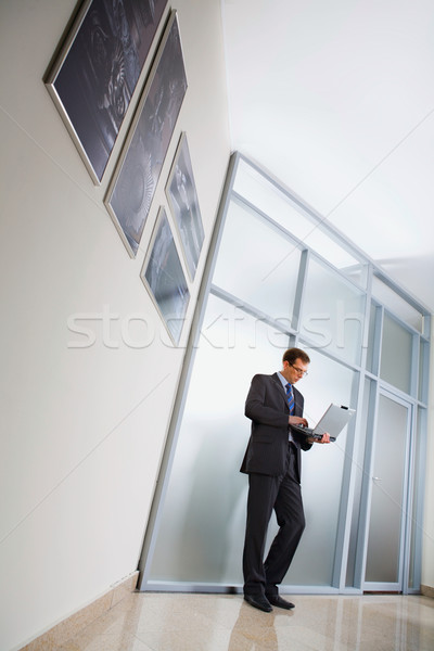 Photo stock: Homme · d'affaires · permanent · couloir · portable · affaires
