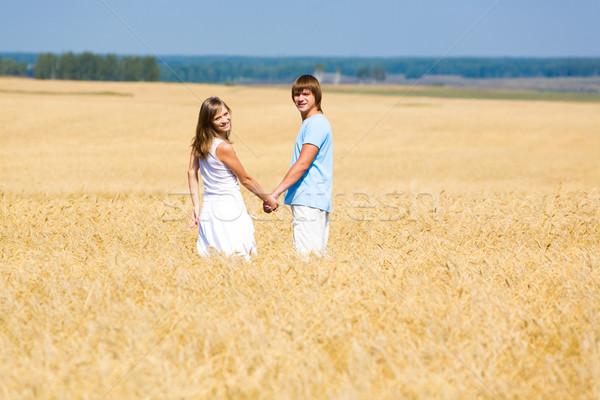 Campo de trigo retrato dos personas pie junto mujer Foto stock © pressmaster