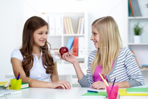 Bondade bonitinho menina oferta amigo maçã Foto stock © pressmaster