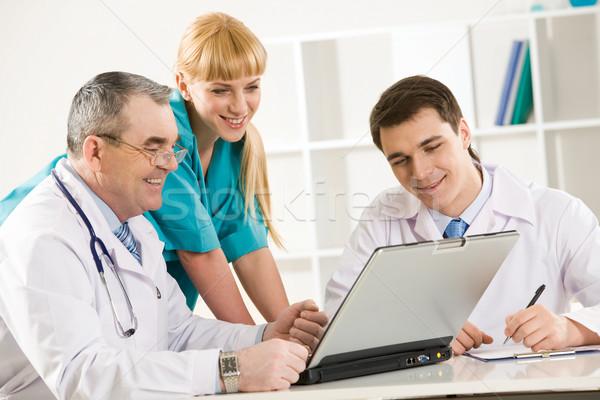 Foto stock: Médicos · trabajo · grupo · mirando · portátil · Screen