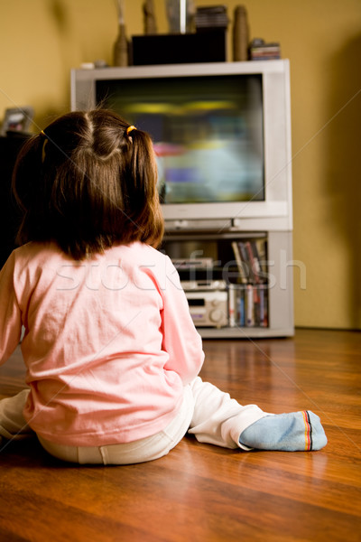 Assistindo tv little girl sessão piso Foto stock © pressmaster