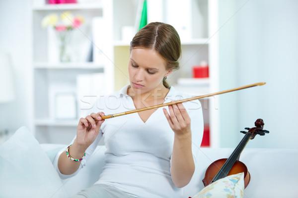 скрипач портрет молодые женщины глядя музыку Сток-фото © pressmaster
