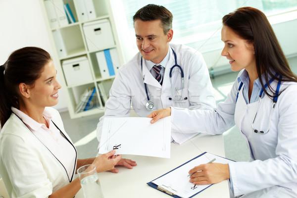 Сток-фото: Consulting · пациент · портрет · практикующий · врач · чистый · лист · бумаги · больницу