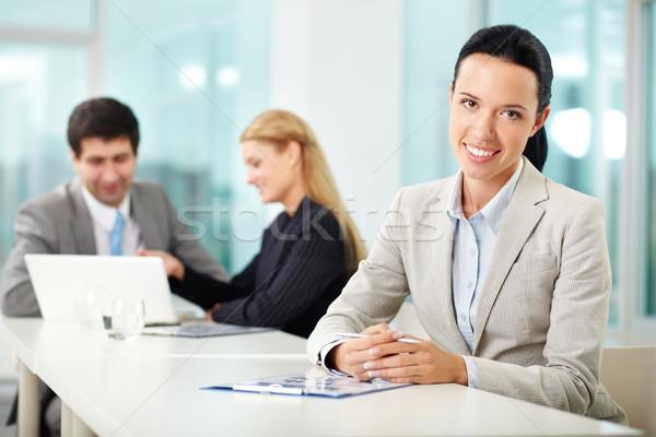 Stockfoto: Vrouwelijke · leider · portret · jonge · vrouw · werkplek · naar