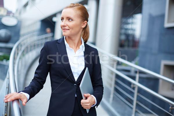 Smart kobieta interesu nowoczesne touchpad kobieta garnitur Zdjęcia stock © pressmaster