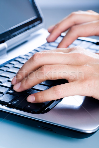 Mujer imagen negocios manos Internet portátil Foto stock © pressmaster