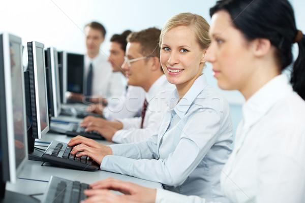 Członek zespołu kobieta interesu wpisując koledzy patrząc Zdjęcia stock © pressmaster