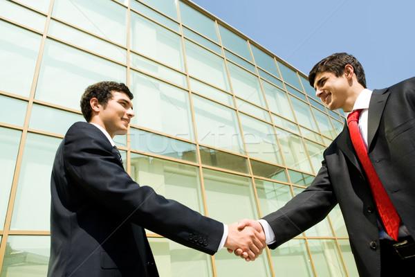 Stock fotó: Kézfogás · partnerek · fotó · sikeres · férfiak · modern · épület
