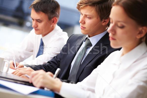 Wykład trzy młodych ludzi zauważa skupić Zdjęcia stock © pressmaster