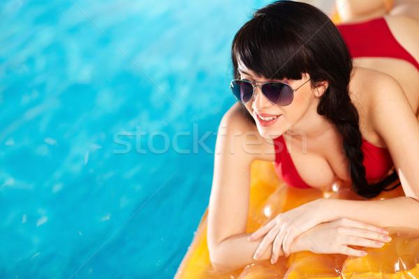 água encantador mulher biquíni óculos de sol praia Foto stock © pressmaster