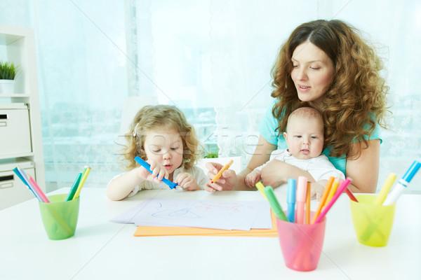 Otthon gyönyörű anya mutat gyerekek lány Stock fotó © pressmaster
