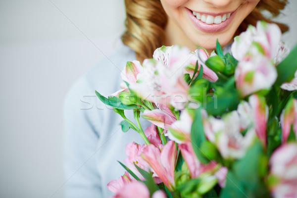 Fragrância sorridente feminino rosa Foto stock © pressmaster