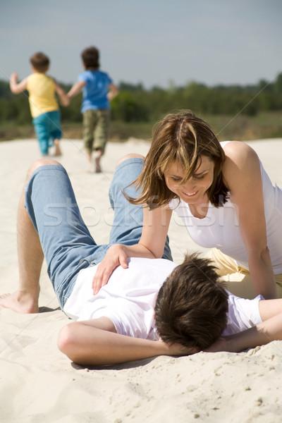 Gyengédség kép szerelmi pár homokos tengerpart égbolt Stock fotó © pressmaster