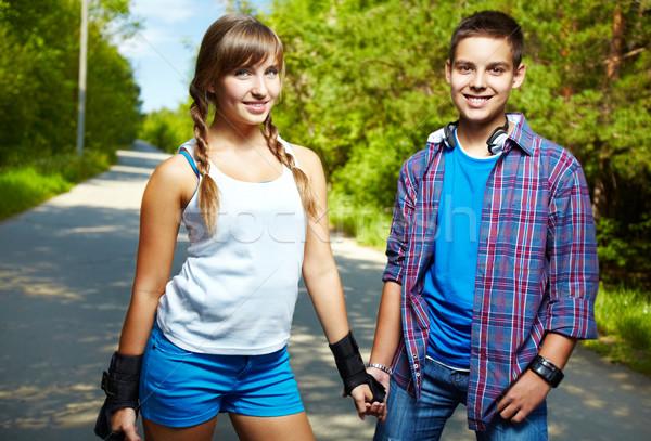 Fiatalos barátok pár boldog tinédzserek néz Stock fotó © pressmaster