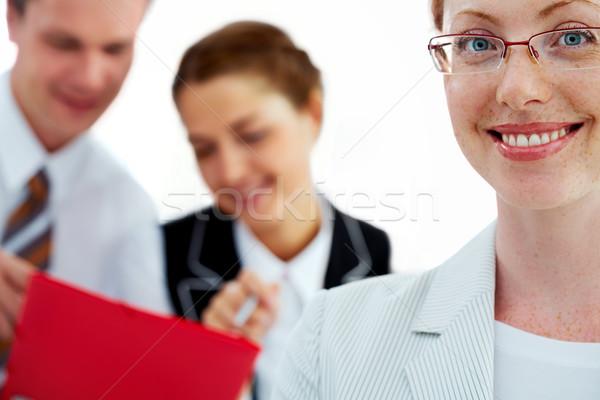 Jovem gerente feminino sorridente dois colegas Foto stock © pressmaster