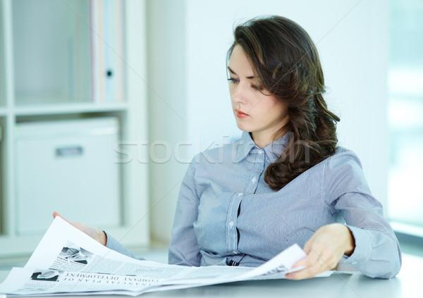 Friss üzlet hírek komoly üzletasszony néz Stock fotó © pressmaster