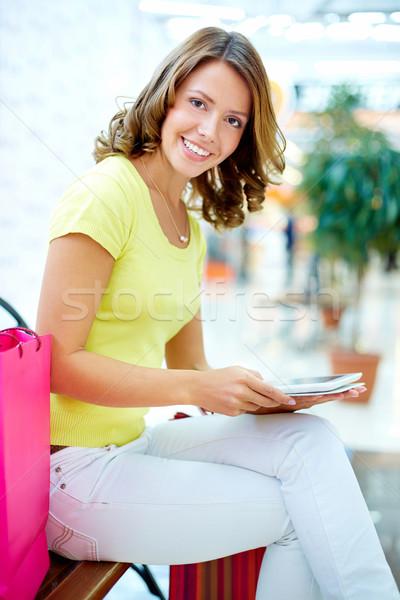 Touchpad pionowy portret atrakcyjna kobieta zakupy Zdjęcia stock © pressmaster