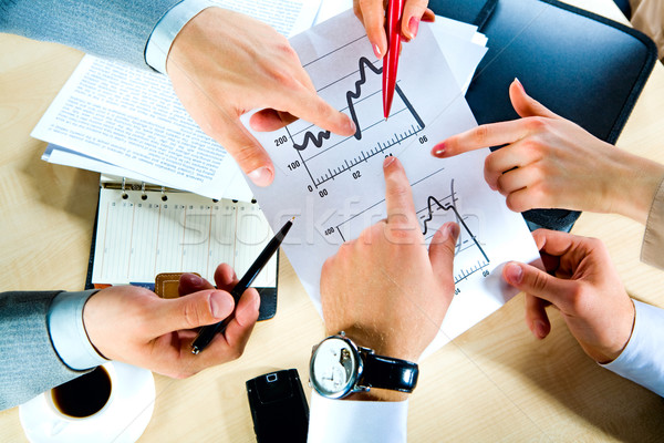 Werkplek afbeelding handen tonen document business Stockfoto © pressmaster