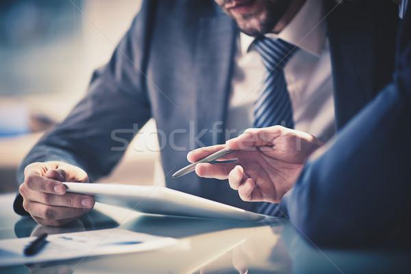 Uitleggen idee afbeelding twee jonge zakenlieden Stockfoto © pressmaster