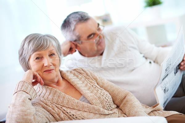 łaskawy portret kobiety starsza kobieta patrząc kamery mąż Zdjęcia stock © pressmaster