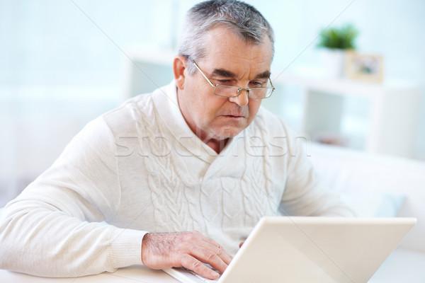 Konnektivitás kép komoly nyugdíjas laptopot használ otthon Stock fotó © pressmaster
