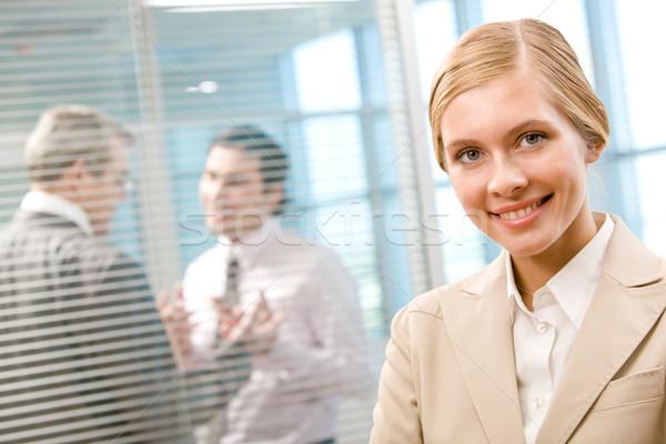 Gelukkig werkgever portret zakenvrouw glimlachend camera Stockfoto © pressmaster