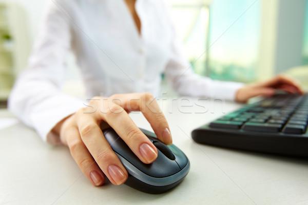 画像 女性 手 プッシング キー コンピューターのマウス ストックフォト © pressmaster