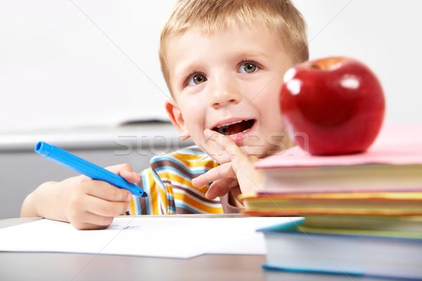 Pensativo menino retrato sessão tabela livros Foto stock © pressmaster