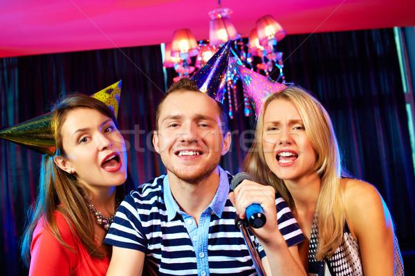 Karaoke bar portrait gens heureux chanter micro Photo stock © pressmaster