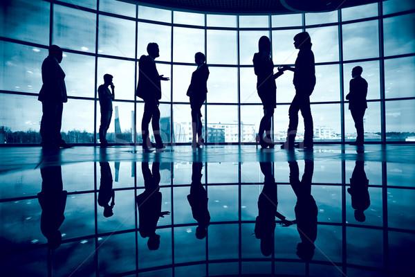 Cooperazione parecchi colleghi comunicare ufficio finestra Foto d'archivio © pressmaster