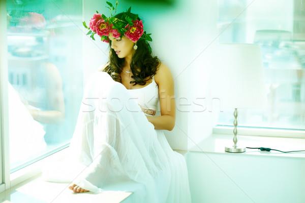Stock fotó: Elegancia · gyönyörű · nő · fehér · ruha · ül · ablak · néz